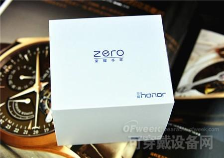 荣耀手环zero的包装设计的很简洁,白色的外壳封套,蓝色的简洁logo,突出着时尚的感觉。