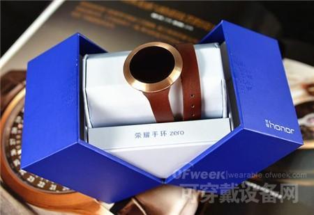 内包装采用了蓝色的硬纸盒,打开方式更是采用了很多奢饰品、珠宝首饰才会采用的对开式设计,打开的瞬间就给人一种惊艳的感觉。看来荣耀手环zero的设计师真的是把这款手环当做时尚奢侈品来设计的。