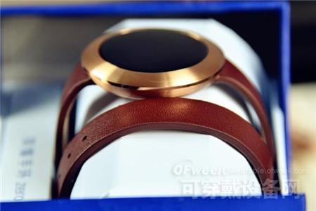 手环被缠绕在白色的纸托上,金色的表盘散发着高档的光泽,而意大利牛皮表带更是凸显出高贵而内敛,真正让智能科技与时尚配饰融为一体,先不说这款手环是否好用,单单是佩戴者作为装饰品,都是一种非常养眼的享受。