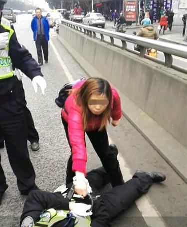 四川南充一女司机被查违章后持环形锁砸向交警。