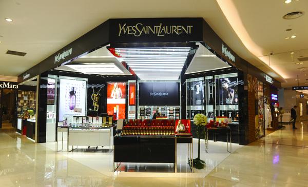 以代表ysl圣罗兰的经典黑色与代表现代感的白金色为主色调,在设计上更