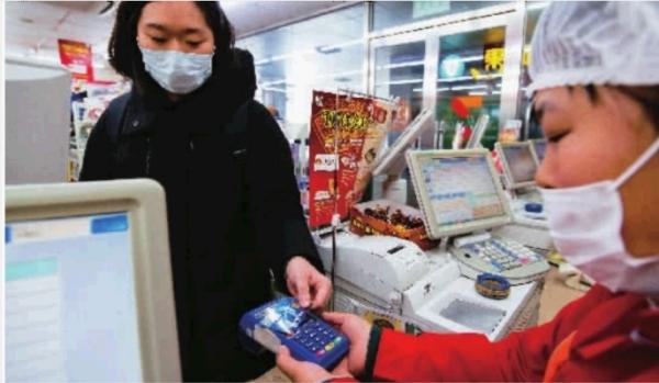...2日,消费者在北京某便利店使用具有图片 144236 600x349