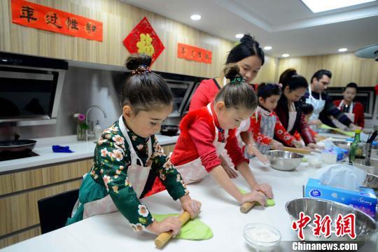 Maksud一家和朋友一起向中国大厨学习烹制中国年夜饭。 许青青 摄