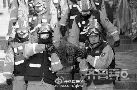 消防胡匪接利巴受伤旅客抬下泰山7000多级台阶,他们脸冻得通红,身上却挥汗如雨