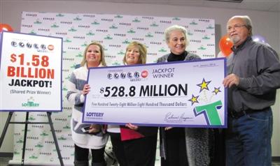 1月15日,美国强力球彩票头奖获得者约翰・鲁滨逊一家公开现身,领取5.28亿美元的大奖。 图/IC