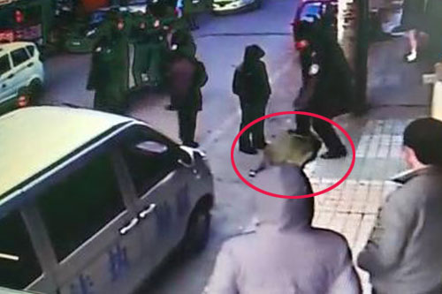 红圈内为法律人员踢踹商贩。