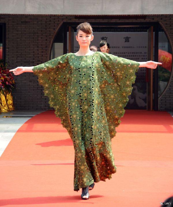 中国民族内涵的绣花刺绣元素融入到现代服装设计