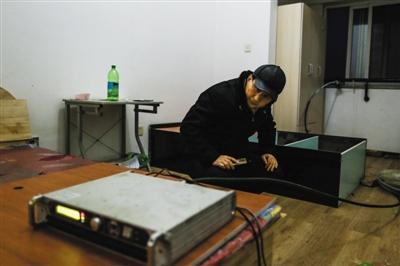 """1月19日,北京市文明法律总队和警方结合步履,在通州一高层住民楼内,查获了正在播放不法药品告白的""""黑电台""""。"""