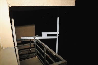 """""""黑电台""""的发射天线架起在楼外的渠道上,经过馈线与发射机衔接。"""