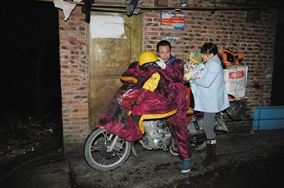 1月24日早上5时许,从广东佛山欲骑行回广西贺州的卢先生载着妻儿在风雨中出发。
