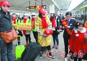 """""""共青团""""号爱心列车从广州站开出,免费送广州读书的大学生和务工青年回家。广州日报记者黎旭阳 摄"""