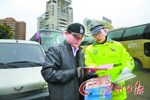 交警对过往大巴进行交通安全检查。广州日报记者莫伟浓 摄