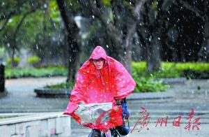 昨日中午,漫天冰珠飞舞,仿如置身北国。广州日报记者陈枫摄