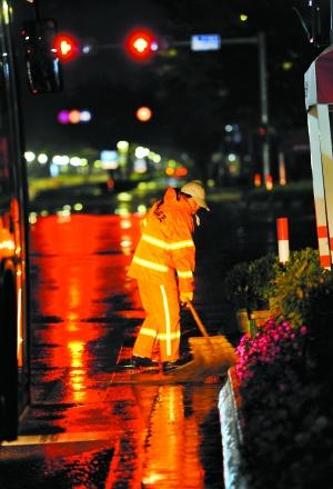 寒夜里环卫工正忙碌不已。广州日报记者陈枫摄