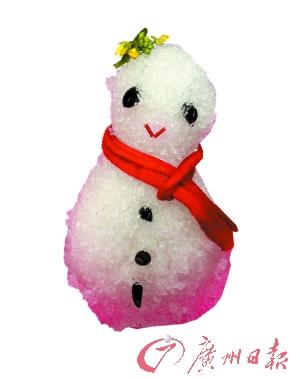 """小雪人也有""""红围脖""""。"""
