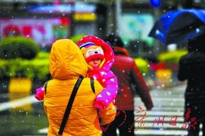 中午时分,漫天冰珠飞舞,一名孩子好奇地看着雪花。广州日报记者陈枫摄