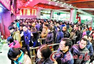 春运首日售票厅人头涌动。