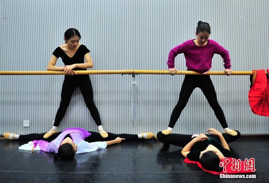 1月23日,,女孩正在做考前热身。近日,云南艺术学院艺考大幕拉开,吸引万名怀揣艺术梦想的学子前来赶考,为自己的梦想努力奋斗。