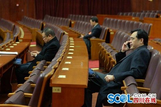四川在线消息(四川在线记者 杨琴 摄影 华小峰)四川省十二届人大四次会议将于2016年1月25日至1月29日在成都召开,会期5天。25日上午,大会将在成都隆重开幕,目前,各参会代表正陆续步入会场。