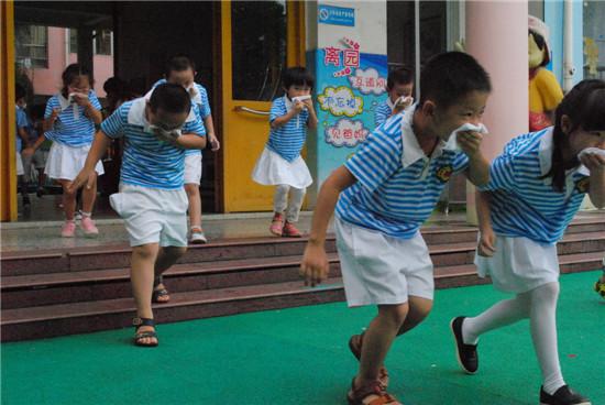 龙岩市消防支队组织幼儿园孩子进行火灾疏散演练