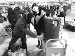 """太原汽车站""""蒲公英""""服务组工作人员给候车旅客送去热水。"""