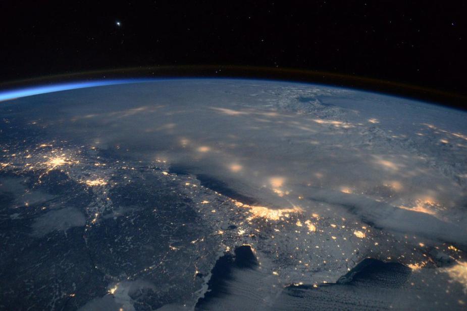 """长期驻留国际空间站的美国宇航员斯科特?凯利发布了一组从太空拍摄的暴风雪笼罩美国东部的照片。凯利称:""""暴风雪覆盖了整个东海岸,,从国际空间站上看得非常清楚。大家要注意安全""""。(NASA)"""