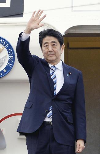 据悉,如果顺利实现,安倍将成为1978年时任日本首相福田赳夫以来首位访问伊朗的在职日本首相。由于伊朗总统鲁哈尼已经发出邀请,只要安倍决意前往,访问将很可能实现。日本政府内部还有传言称访问可能会安排在夏季参院选举之前。