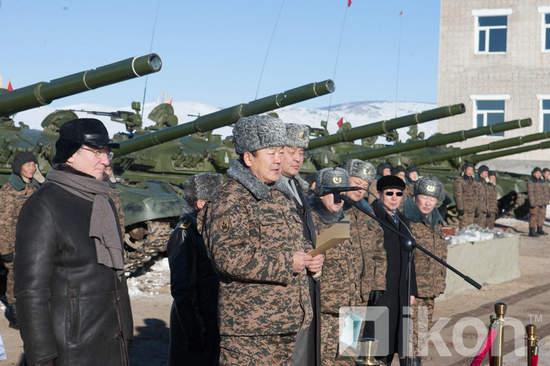 原文配图:俄罗斯大批坦克装甲车白送蒙古。