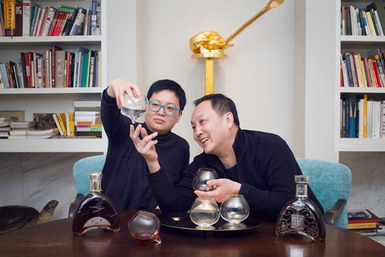"""马爹利专属艺术酒具设计者、""""马爹利非凡艺术人物""""获奖艺术家林天苗及王功新"""