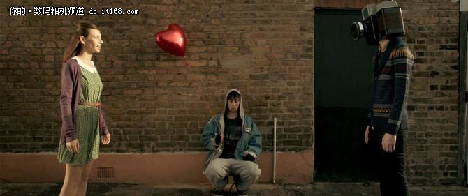 IT168 资讯带有黑色幽默的寓言短片《摄像机男孩》每一个镜头都意味深长,他反映了社会的种种现实却又那样的无可奈何,通过一个不幸男孩的人生,尖锐地讽刺着现代人对虚妄影像的沉迷、对个人隐私的窥探、对现世生活的罔顾。