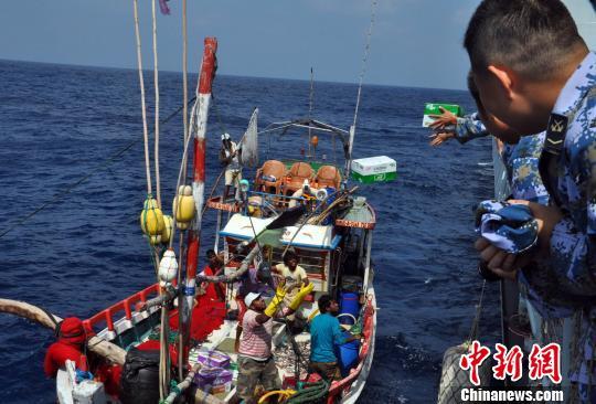 当地时间1月24日,正在孟加拉湾航行的中国海军第21批护航编队救助一艘斯里兰卡渔船,并为他们送上必须的生活物资补给。图为渔船向护航编队柳州舰求救。 曾行贱 摄