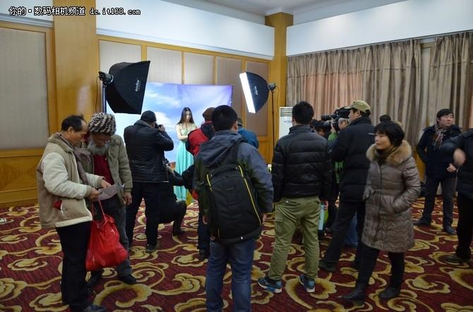 "IT168 资讯2016年1月23日下午,""精彩时光 总有分享""2015年尼康全国摄影讲座在安徽省马鞍山市马鞍山南湖宾馆举行,共有152位摄影爱好者前来参加此次活动。在此次体验活动中,马鞍山摄影家协会副主席张峰先生与广大摄影爱好者交流了使用尼康相机的拍摄心得,并分享了多年总结的摄影经验及技巧。现场并有尼康D7200、尼康D750、尼康Coolpix A等机型供现场网友试用。"