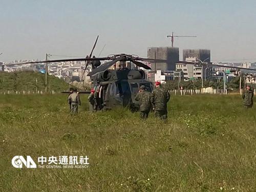 """台湾陆军航特部602旅UH60黑鹰直升机,25日上午履行换装功课时,因机上警示灯亮,机上职员依规范功课法式,迫降台中郊区旷地,开端获悉人机安全。(图自台湾""""中心社"""")"""