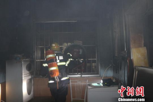 图为营救职员在事变现场停止搜救。 曾平 摄