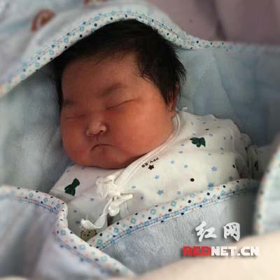 22日上午在湖南省妇幼降生的宏大儿。