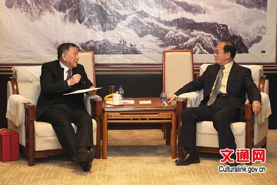 1月21日,丁伟副部长在京会见了来访的台湾沈春池文教基金会董事长沈庆京,双方就加强海峡两岸文化交流与合作进行了交流。