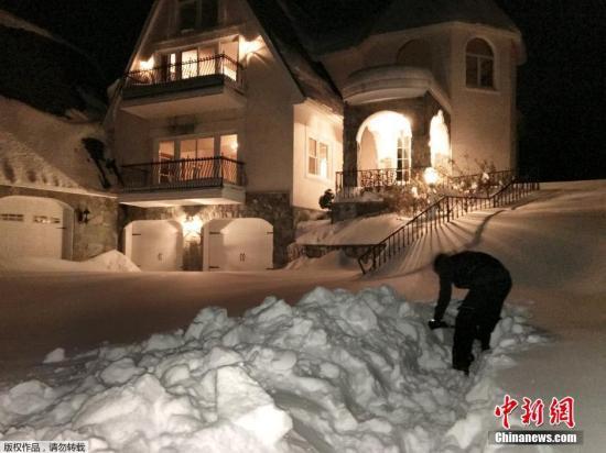 """在弗吉尼亚州大瀑布城,股票配资 住民在狂风雪遏制后,在自家门口清算2英尺厚的积雪。 配资网 :""""怪兽级""""狂风雪袭美:华盛顿降雪遏制 交通康复迟缓 来历:央视股票论坛"""