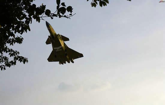 原文配图:2101号歼20战机飞行。