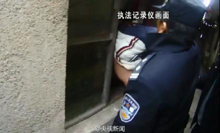 男子入室行窃被窗户卡住头(图)