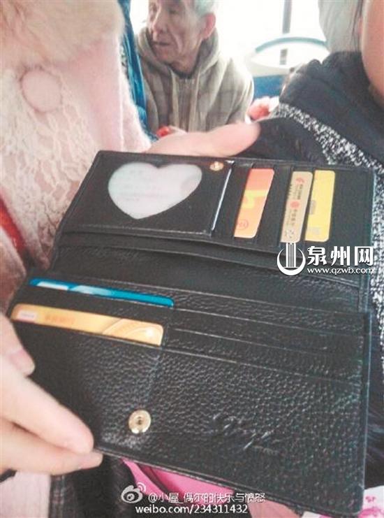 女乘客钱包里的东西都在(邓先生供图)