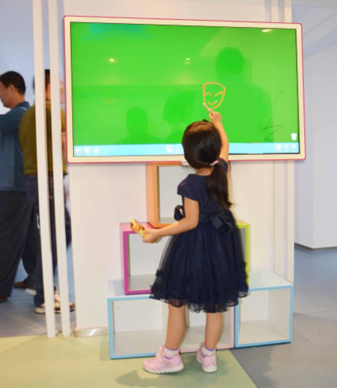 """新蓓蕾幼儿园创立于1997年,以""""童心世界、爱的天堂、孩子的摇篮""""为办园理念。努力拼搏,励精图治。马不停蹄的仅仅跟随时代的步伐,跟换新的教学设备、更新新的教学模式与理念。于是,大量引进长信智能触控互动一体机,并且开启了智能现代化幼儿教育模式;成为打响新蓓蕾幼儿园品牌的头等功臣,让其名声名扬四海。"""
