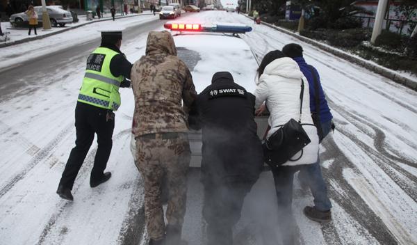 月24日,全国大范围遭遇暴雪,贵州安顺市一辆急送 ...