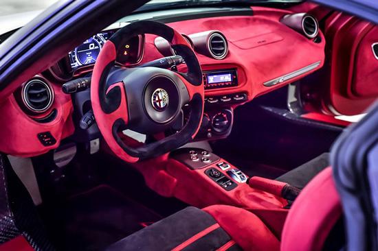 新款阿尔法・罗密欧 4C La Furiosa 的驾驶舱内饰采用了醒目的红色搭配以红黑相间的座椅与方向盘地垫等