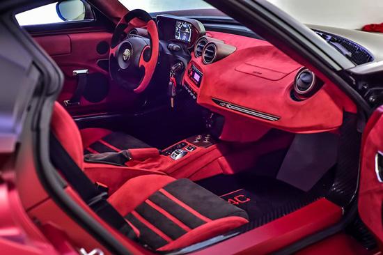 驾驶舱内采用了大面积红色的Alcantara人造��皮面料包覆,包括仪表板,中控台和车门面板等