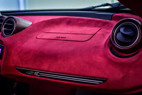 新款阿尔法・罗密欧 4C La Furiosa 的驾驶舱内的仪表板