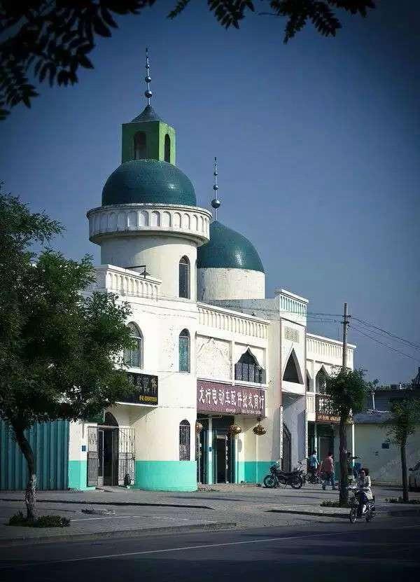 """曲阜西关大街清真寺,距孔庙五百米左右,建于明末,""""文革""""被毁。2001年在原址复建。图片来自网络"""