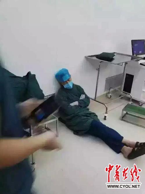 """一大夫连做20台手术后当场睡着 被赞""""最美睡姿"""""""