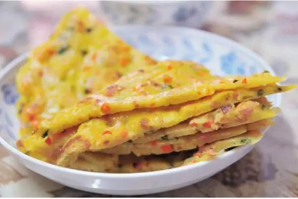 食材:鸡蛋2个,小型土豆1个,胡萝卜半根,青椒1个,盐少许,植物油.