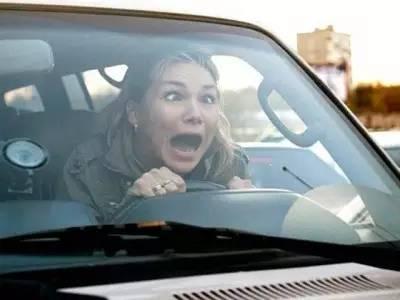 女司机被自己车压死_谁说女司机不会开车?你还要被那些关于女司机的段子骗多久?!
