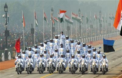 """26日,印度新德里,通信兵部队在阅兵式上表演""""叠罗汉""""。 新华社发"""